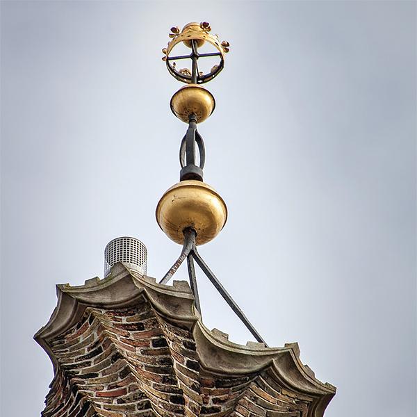 Gouden kroontjes op het stadhuis