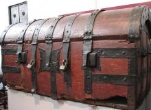 De koffer waarin de pop 'Sinjoorke' is opgeborgen.